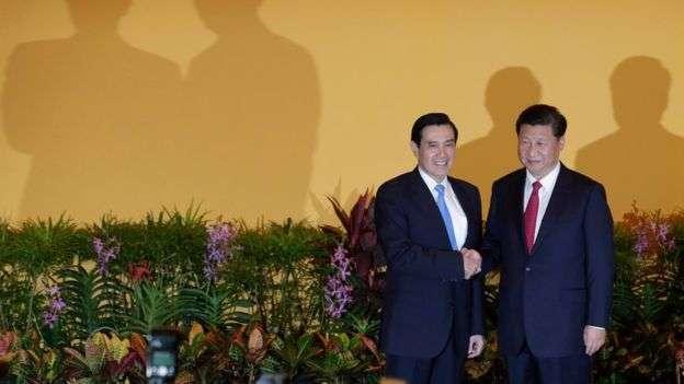 習近平與馬英九2015年在新加坡會面。(BBC中文網)