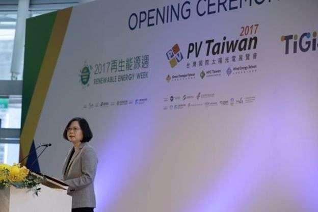 在中共十九大同一天,台灣總統蔡英文則出席綠能光電展覽。(BBC中文網)