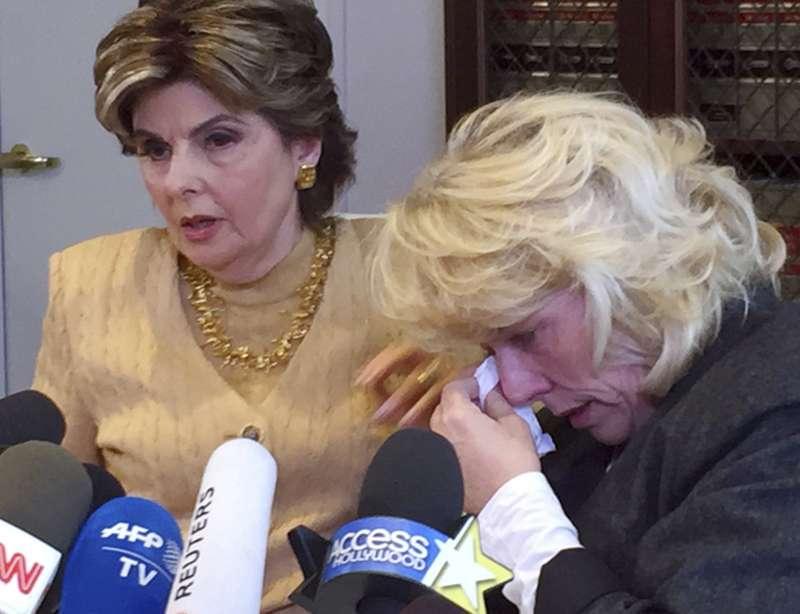 好萊塢色魔哈維.溫斯坦(Harvey Weinstein)的受害者海瑟柯兒(Heather Kerr,右)在律師陪同下說明自己受害經過(AP)