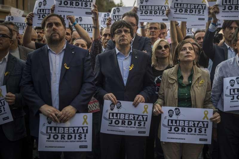 數十萬加泰隆尼亞民眾上街抗議西班牙解散自治政府,自治區主席普吉德蒙也加入遊行。(美聯社)