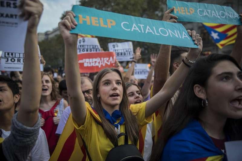 數十萬加泰隆尼亞民眾上街抗議西班牙解散自治政府的決定。(美聯社)