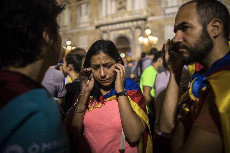 西班牙宣布接管加泰隆尼亞自治區,數十萬民眾上街抗議,聆聽自治區政府主席普吉德蒙的談話。(美聯社)