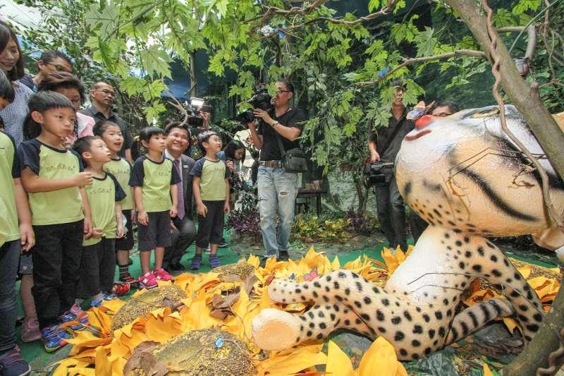 林市長與小朋友們參觀「石虎的家」(圖/台中市政府提供)
