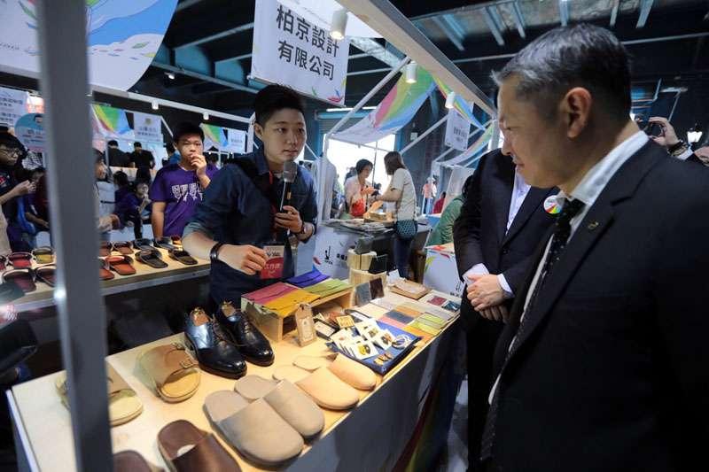 微風集團董事長廖鎮漢對創意商品興趣高,認為有機會到微風展銷。(圖/張毅攝)