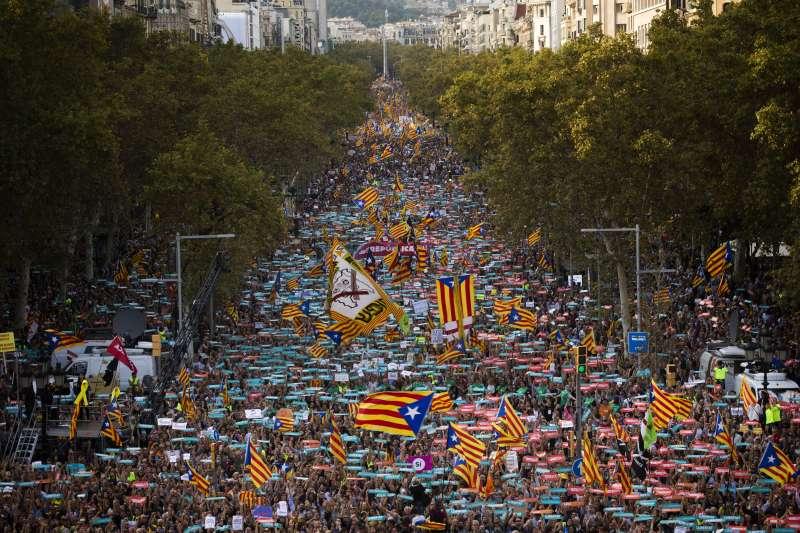 拉霍伊要求接管加泰隆尼亞自治區,首府巴塞隆納街頭擠滿抗議民眾,旗海飄揚。(美聯社)