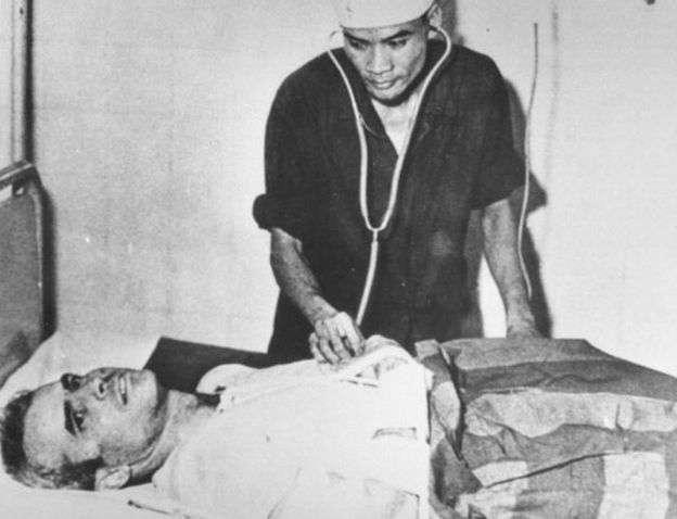 1967年馬侃在駕駛戰機轟炸河內時被擊落被俘,他說自己被北越關押5年半期間受到了酷刑折磨。(BBC中文網)