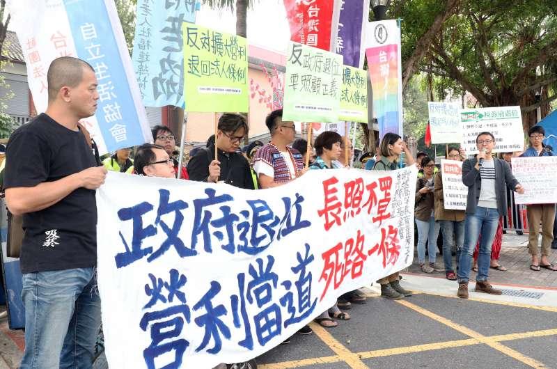 20171024-台灣移工聯盟上午召開「政府退位長照不罩、營利當道死路一條」記者會。(蘇仲泓攝)