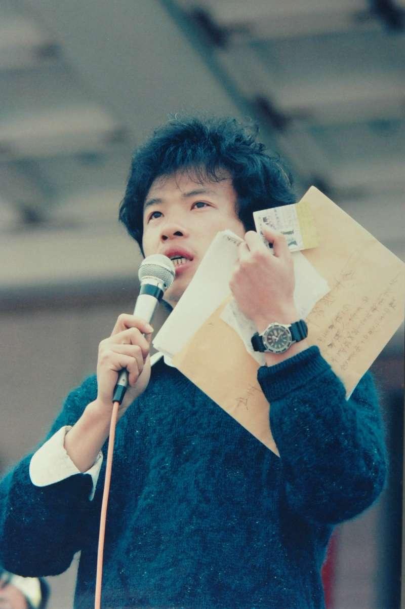 20171024-圖為農委會副主委翁章梁當年於野百合學運時,於廣場拿麥克風發表談話。(取自翁章梁臉書)