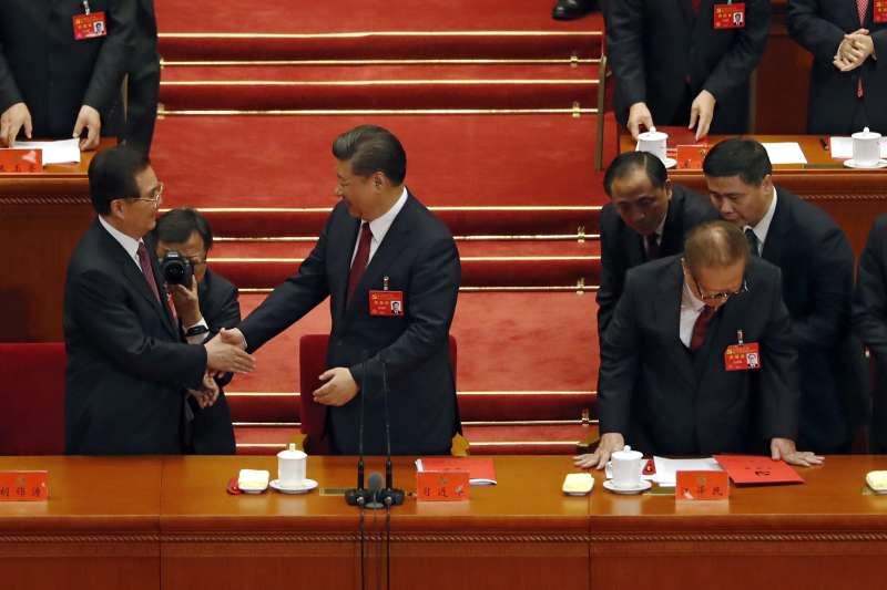 中共十九大,2017年10月24日閉幕,左起:胡錦濤、習近平、江澤民(AP)