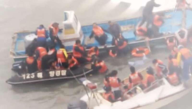 災難發生時場面混亂,民間潛水員投入救災,政府與海警卻不聞不問。(圖擷取自Youtube)