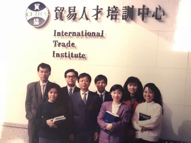 正在ITI俄語組攻讀的李芃君與同學、師長合影(圖/李芃君提供)