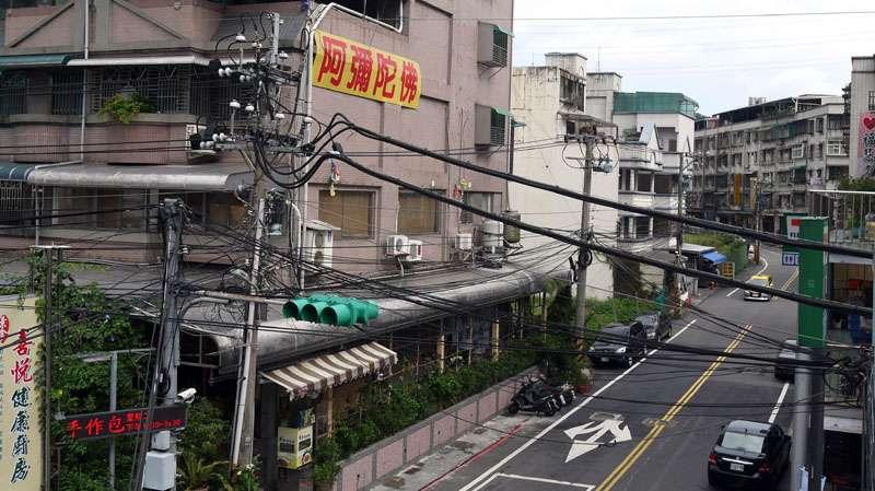 電線桿附掛的纜線亂糟糟,當地民眾認為有礙觀瞻。(圖/張毅攝)