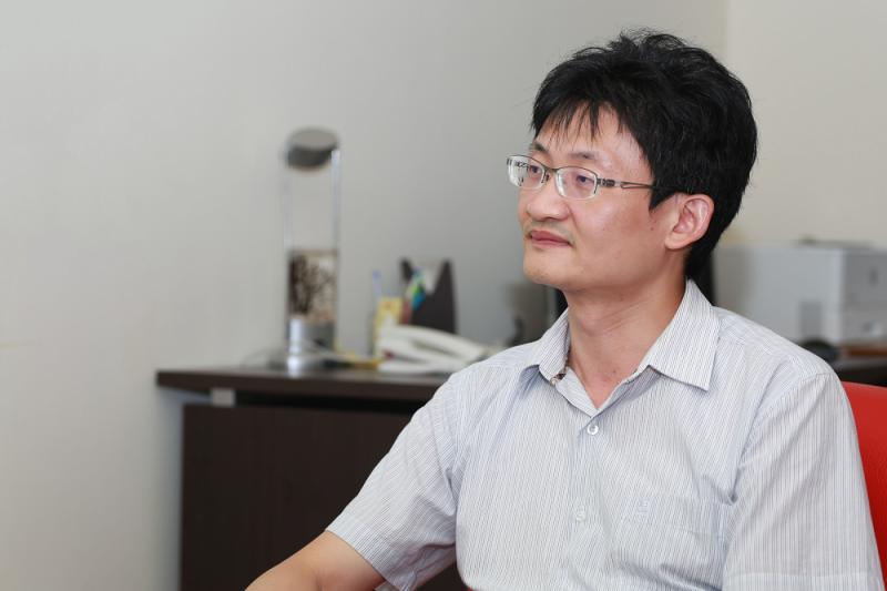 1999 年正在服兵役,曾隨部隊前往 921 地震災區救援的林宗弘,在離開震災現場十餘年後,以社會科學方法檢視當年的災難。(圖/攝影│張語辰)