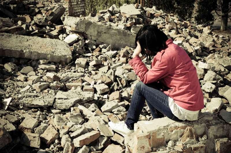 災難來臨時,某些社會群體總是比較容易受害,就是所謂的「社會脆弱性」。(圖/istock)