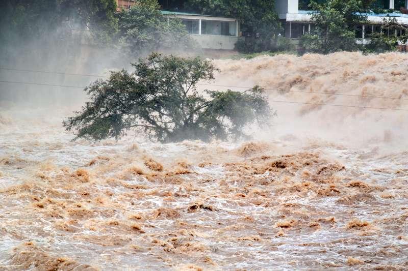 隨著氣候極端化,水災造成災害的力量漸超過火災。(圖/istock)
