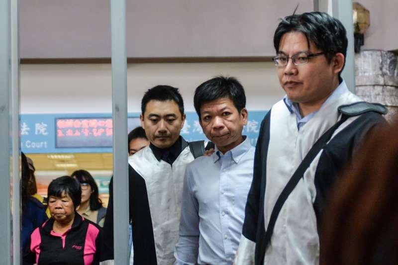 2017-10-26-鄭性澤案獲判無罪,聲援的人權團體在台中高分院前開記者會,律師邱顯智出席。(甘岱民攝)