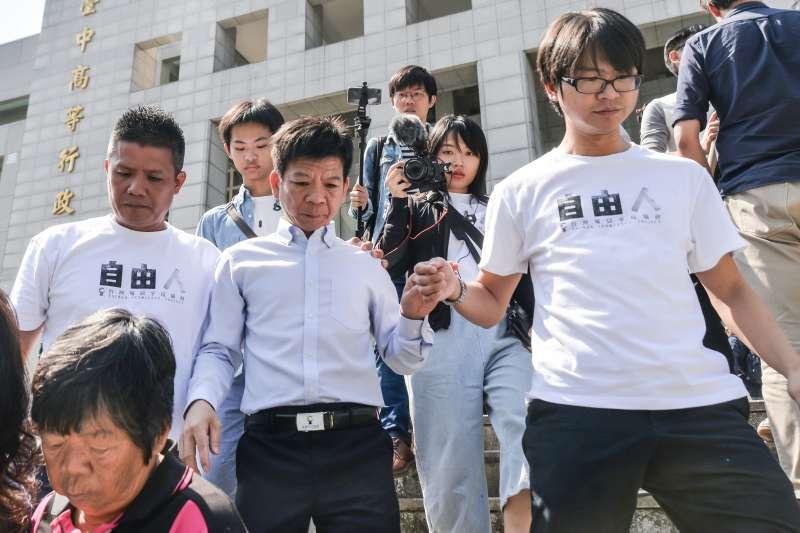 2017-10-26-鄭性澤案獲判無罪,聲援的人權團體在台中高分院前開記者會。(甘岱民攝)