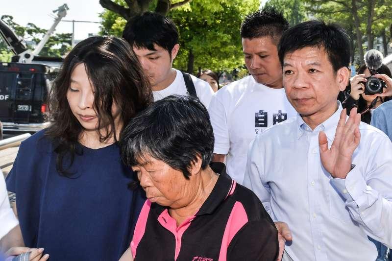 2017-10-26-鄭性澤案獲判無罪,聲援的人權團體在台中高分院前開記者會,鄭的母親(黑衣者)也一併出席。(甘岱民攝)
