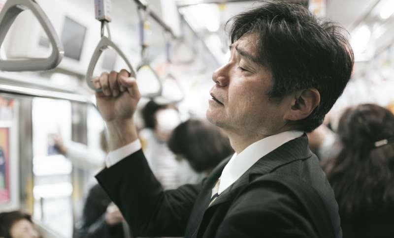 無論身心多疲倦,一個專業人士還是得盡量維持自己的儀態。(圖/Pakutaso)