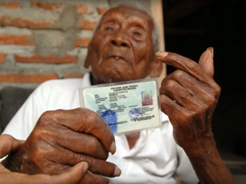 今年4月30日甫以全球最高齡146歲人瑞身分安詳辭世的印尼爪哇島老爺爺戈多(Mbah Gotho),在世足足活了將近1.5個世紀。(取自Business Insider)