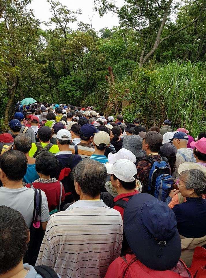 北市府舉辦「樂活山林長青健行」活動,因規畫不良導致活動失序。(取自爆料公社)