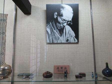 展示窗中的河井寬次郎遺照與遺物(圖/秋禾提供)