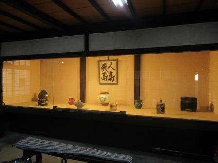 放在展示窗中的書法及陶藝作品(圖/秋禾提供)