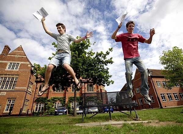 英國高中生拿到自己的A水準測試結果。(圖/澎湃新聞提供)