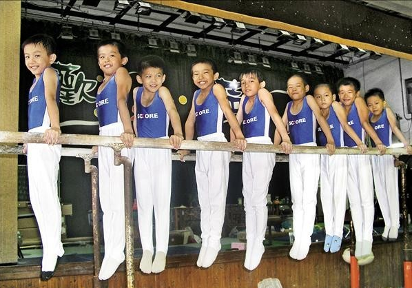 《翻滾吧!男孩》七名主角,謝享軒(左一)、李智凱(左二)、林信志(左三)、黃克強(左四)、楊育銘(左五)、黃靖(右二)、李享恩(右一)。