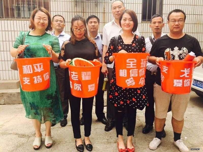 以「紅桶」聲援被抓捕的維權律師。(取自推特中文圈)