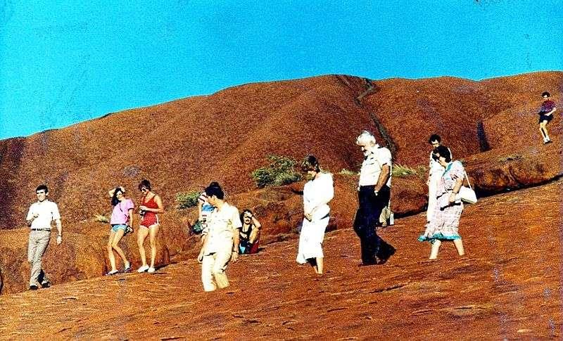 澳洲巨岩「烏魯魯」是世界遺產,英國王子查爾斯與已故王妃黛安娜也曾造訪攀登。(圖/John Hill@wikipediaCCSA4.0)