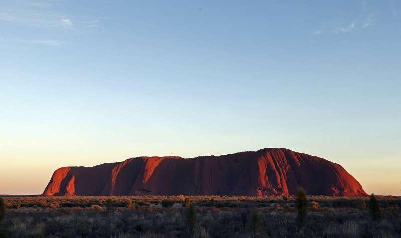 澳洲巨岩「烏魯魯」為阿南古人聖地,將在2年後全面禁止攀登。(維基百科公有領域)