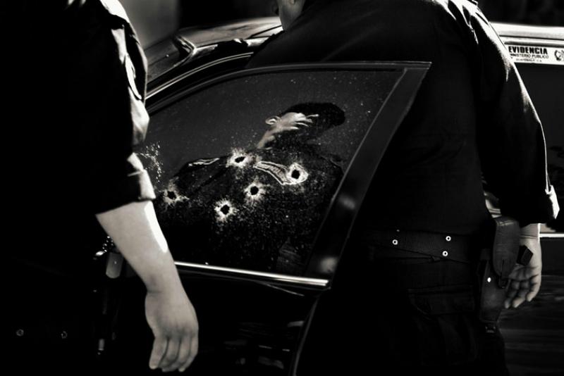 在 10 區,31 歲的 Karina Marlene 被槍殺,六發子彈都是從一輛計程車中射出的。(圖/言人文化提供)