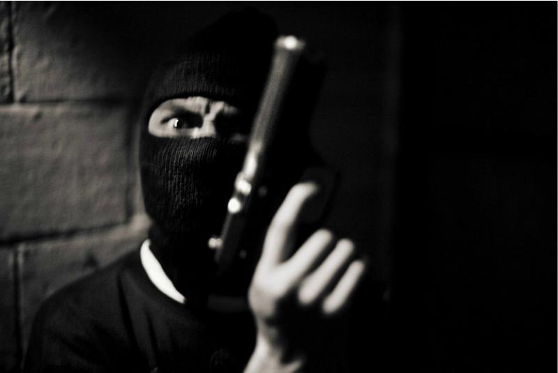 在瓜地馬拉的 14 區,一個帶頭套的刺客,恐嚇了我幾秒鐘。(圖/言人文化提供)