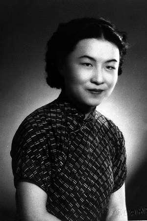 1941年,於上海創作劇本的楊絳。(取自維基百科)