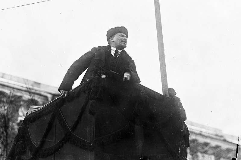 今年適逢俄羅斯「十月革命」一百週年紀念日,大量珍貴黑白照釋出,讓世人得以窺見當時的革命氛圍,列寧。(AP)