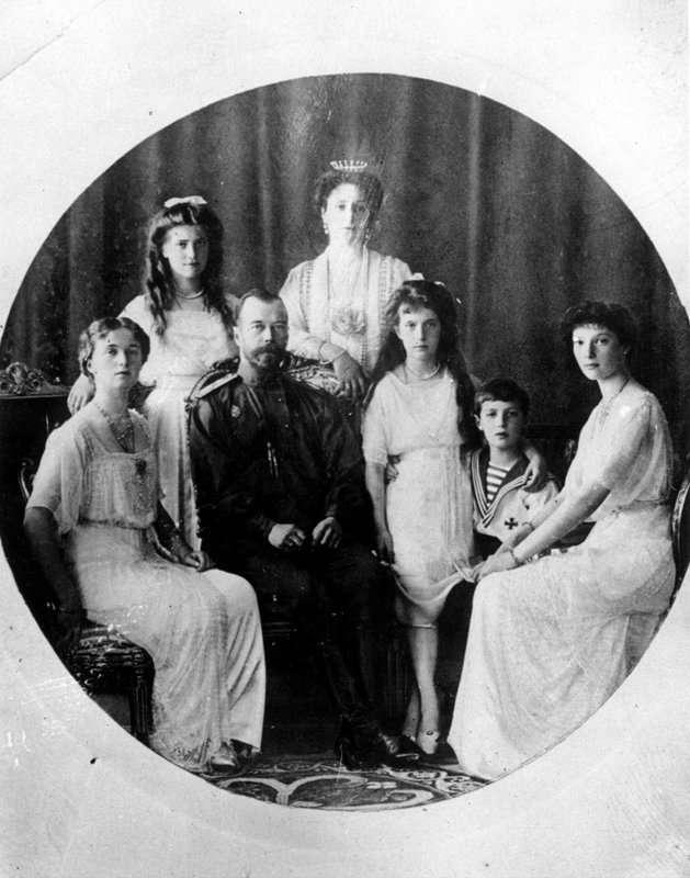今年適逢俄羅斯「十月革命」一百周年紀念日,大量珍貴黑白照釋出,讓世人得以窺見當時的革命氛圍,沙皇尼古拉二世全家。(AP)