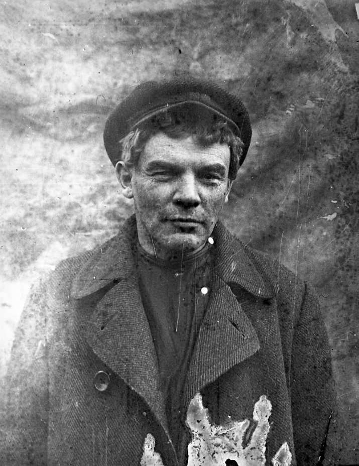 1917年8月,在「十月革命」發生前,布爾什維克黨(Bolshevik)領袖列寧(Vladmir Lenin)欲躲避當時的自由主義臨時政府,剃掉他引以為傲的大鬍子,躲藏在距離聖彼得堡西北方35公里處的小村莊內。(AP)