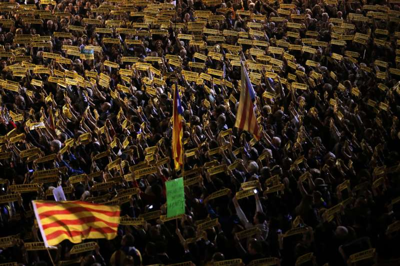 11月3日,數千人聚集在加泰隆尼亞首府巴塞隆納市議會前,要求馬德里當局釋放遭羈押的8位前部長(AP)