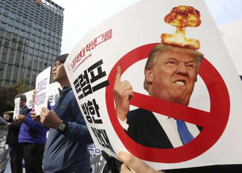 美國總統川普11月3日至14日出訪亞洲,反對川普的南韓民眾舉牌抗議。(美聯社)