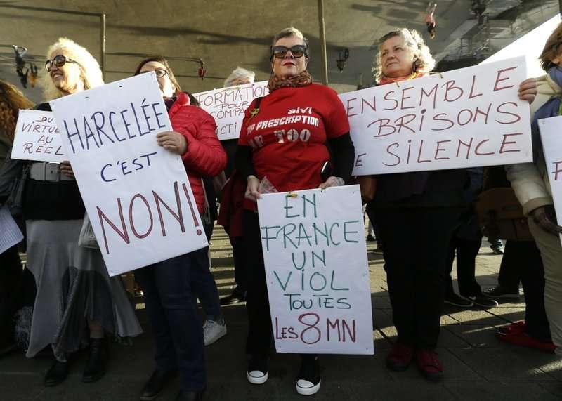 法國女性29日上街抗議猖獗的性暴力問題,參與者舉著寫著「拒絕騷擾」、「每8分鐘就會發生一次性侵害」、「讓我們一起打破沈默」的牌子。(美聯社)