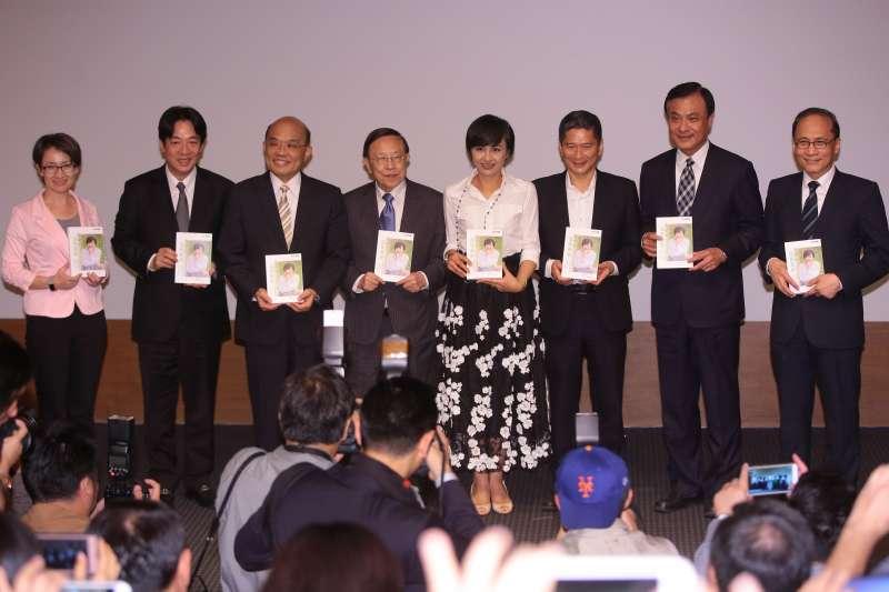 20171106-民進黨立委邱議瑩6日本人親自出席「生命的溫暖戰歌」新書發表會,並與多位院長一同合影。(顏麟宇攝)