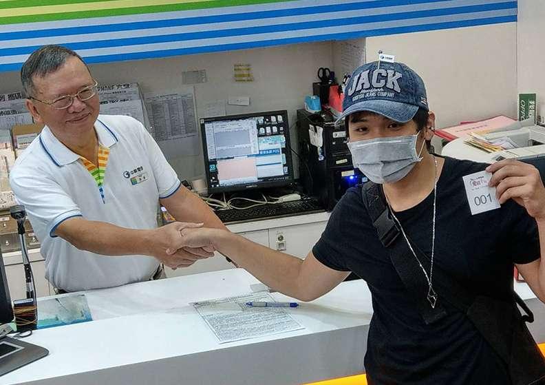 中華電信第一位拿到手機的鄭同學10月31日就來排隊,昨日還一度因血糖太低去看醫生。(圖/遠見雜誌提供)