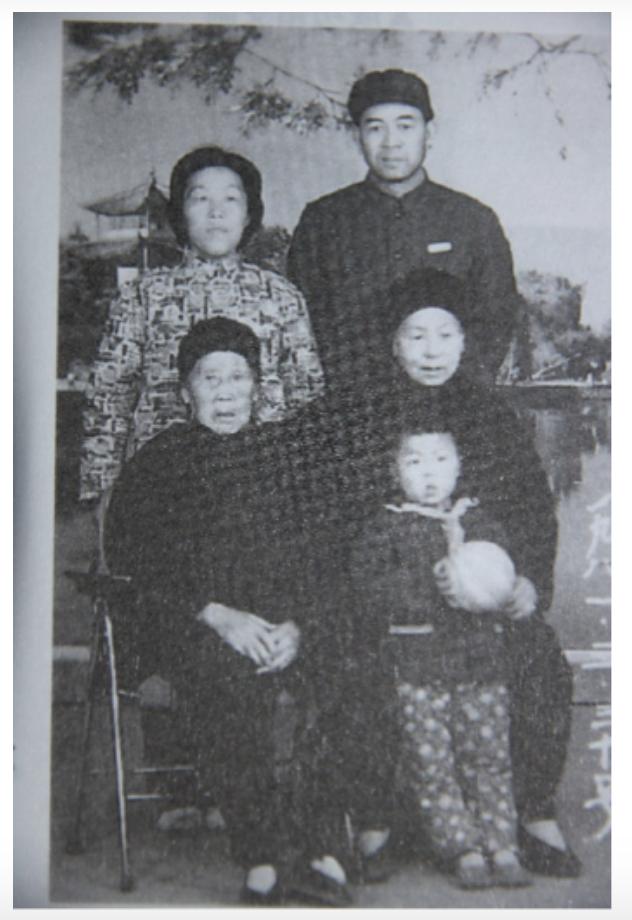 20171107-堂哥寄來的全家福照片,照片左前方是我的祖母。(作者提供)