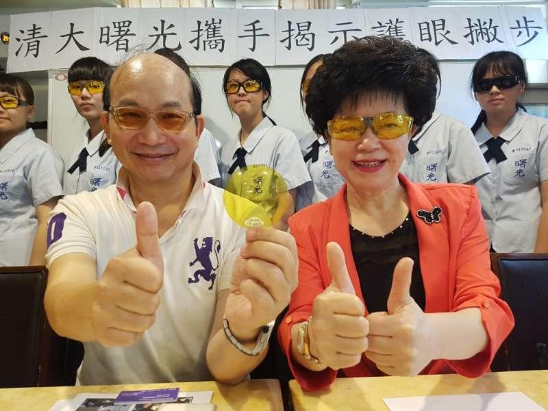 清大周卓煇教授與曙光女中姚麗英校長共同展示保護眼睛最佳的黃色鏡片。(圖/方詠騰攝)