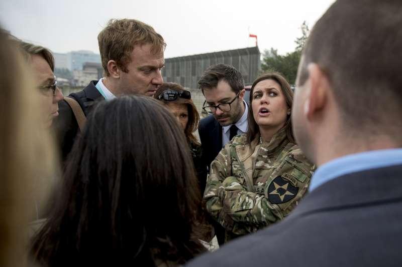 川普出訪南韓,原本欲訪問兩韓非軍事區,卻因大霧取消。著軍裝女性為白宮發言人桑德思。(美聯社)