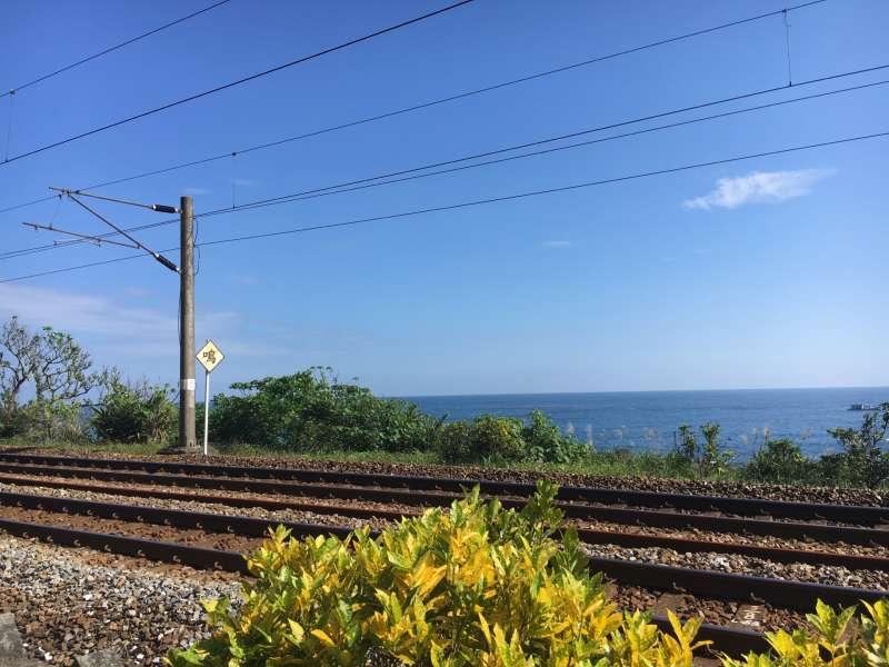 鐵路直接靠著海邊,這等美景值得大家細細品味!