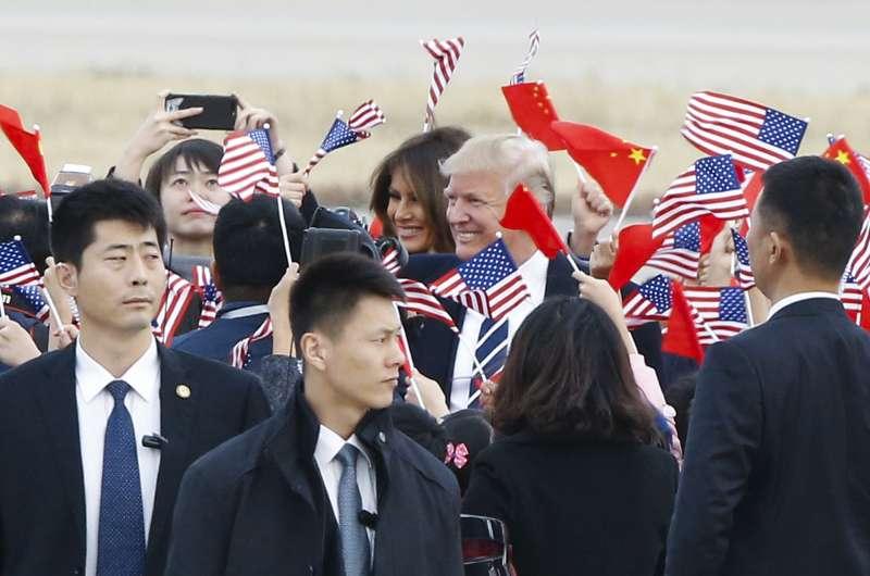 川普與梅蘭妮亞抵達北京。(美聯社)