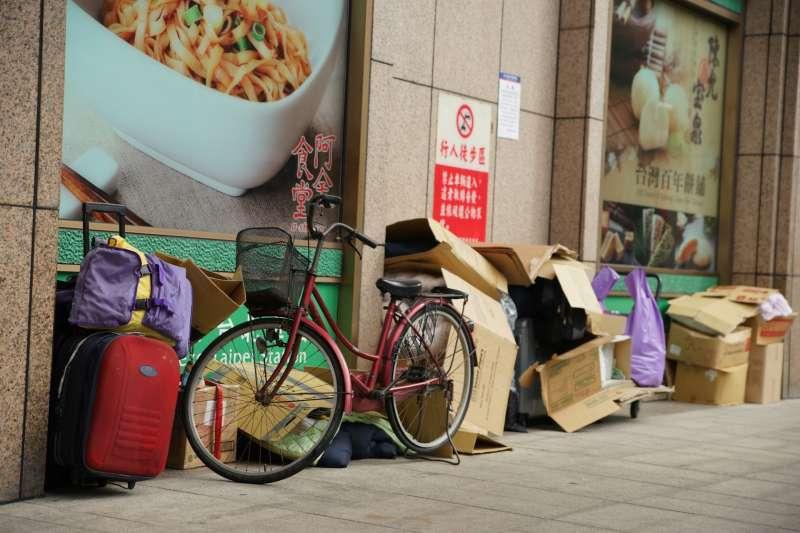 20171108-當代漂泊協會聲援台北車站街友記者會,圖為街友家當。(盧逸峰攝)