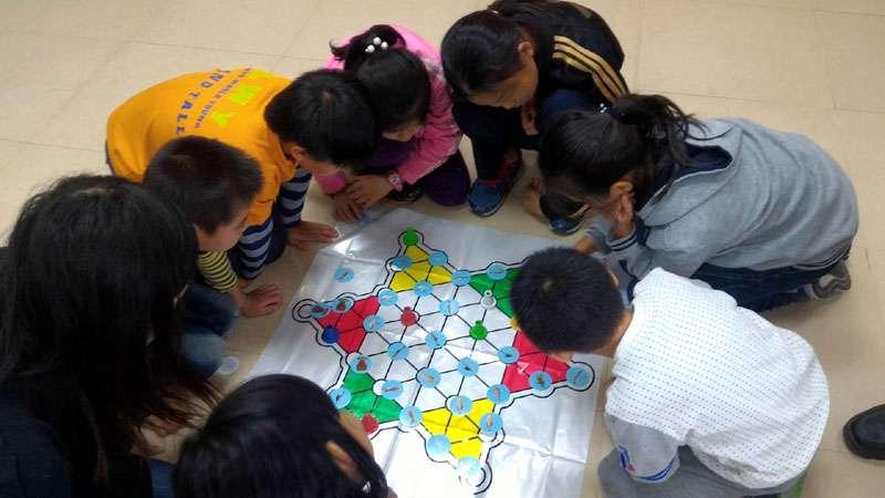 小學童認真從遊戲中,認識自己家鄉週遭於海洋環境,以及最新的海洋能源。(圖/國立海洋科技博物館提供)